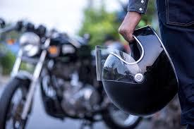 ¿Cómo reparar o arreglar un casco de moto uno mismo? ¡Te saldrá más barato!