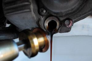 ¿Cada cuánto tiempo tengo que cambiarle el aceite a mi moto?