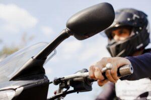 ¿Cómo reparar o arreglar un retrovisor de moto dañado o que se mueve?