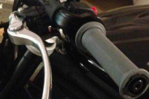 ¿Cómo cambiar los puños de la moto sin romperlos? ¡Muy fácil!