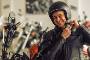 ¿Cómo hay que ponerse un casco de moto correctamente y abrochar el cierre o la hebilla?