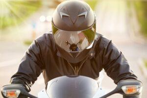 ¿Cómo debe quedar un casco de moto? ¿Cómo saber si te queda pequeño o grande?