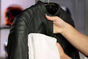 ¿Cómo lavar o limpiar una chaqueta de moto de cuero o cordura?