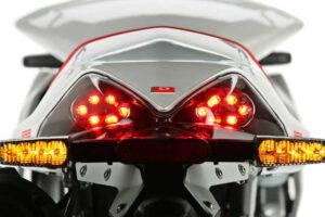¿Cómo poner o instalar una luz de freno en la maleta o baúl de la moto?