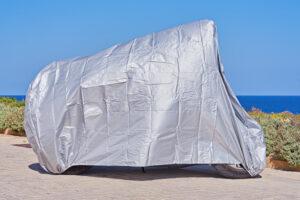 ¿Cómo hacer tu mismo una funda impermeable para cubrir tu moto?