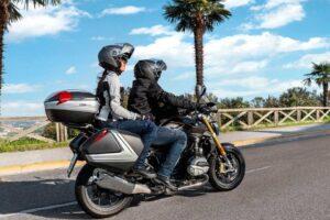 ¿Cómo subirse a una moto que lleva maleta o baúl si vas de paquete?