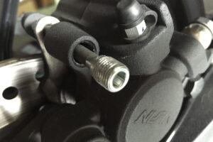 ¿Cómo cambiar las pastillas de freno traseras y delanteras a mi moto?
