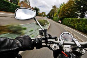 ¿Qué retrovisor de los dos es obligatorio llevar en la moto?