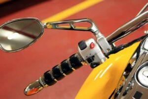 ¿Cómo apretar, ajustar, desmontar e instalar un retrovisor de moto? ¡Muy fácil!
