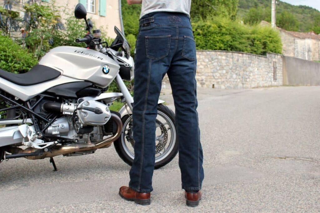 vista posterior pantalones cuero