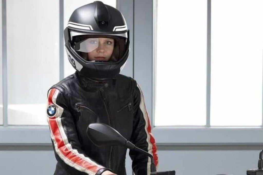 mujer usando casco motociclista