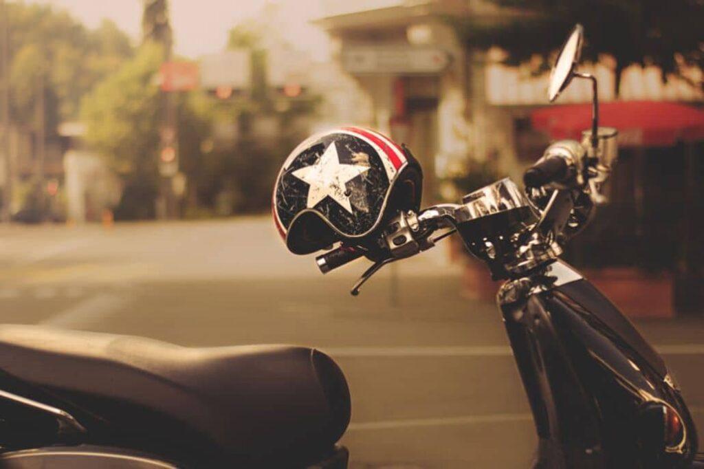 casco atado moto