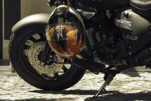 ¿Cómo puedo atar o anclar mi casco a la moto? – Sistemas para dejar el casco en la moto