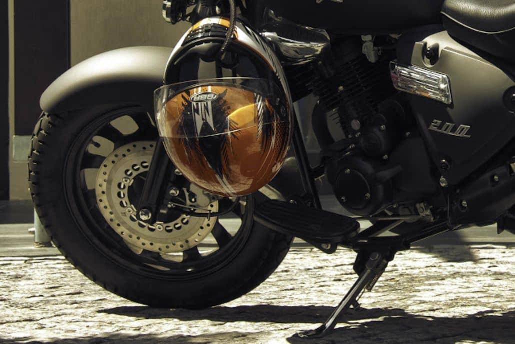 atar casco moto