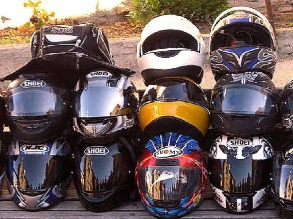 cascos motos amontonados
