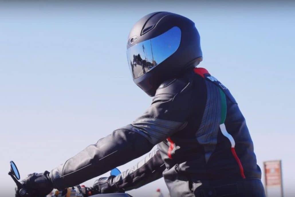 motociclista posando