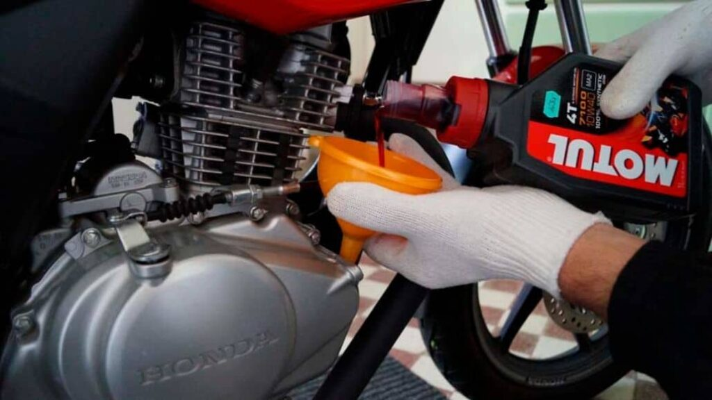 vertir aceite moto