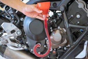 ¿Cómo puedo saber qué aceite lleva mi moto? – Averigua que aceite necesita tu moto