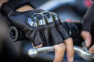 ¿Es obligatorio usar guantes en la moto? ¿Cuándo hay que llevarlos?