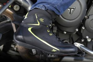 ¿Como limpiar las botas de moto de carretera por fuera y por dentro? Limpieza de botas