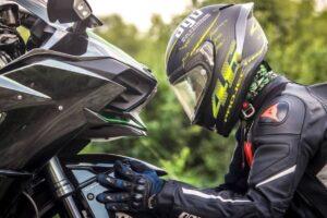¿Cómo debe quedar una chaqueta de moto una vez puesta?