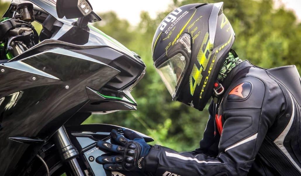 casco negro verde