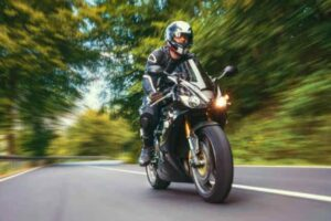 ¿Como regular la altura de la luz de mi moto?