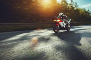 ¿Como cambiar la bombilla o luz delantera de una moto? ¡Muy fácil!