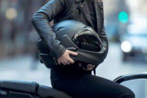 ¿Cómo agrandar el interior del casco de mi moto si me viene pequeño y me aprieta?