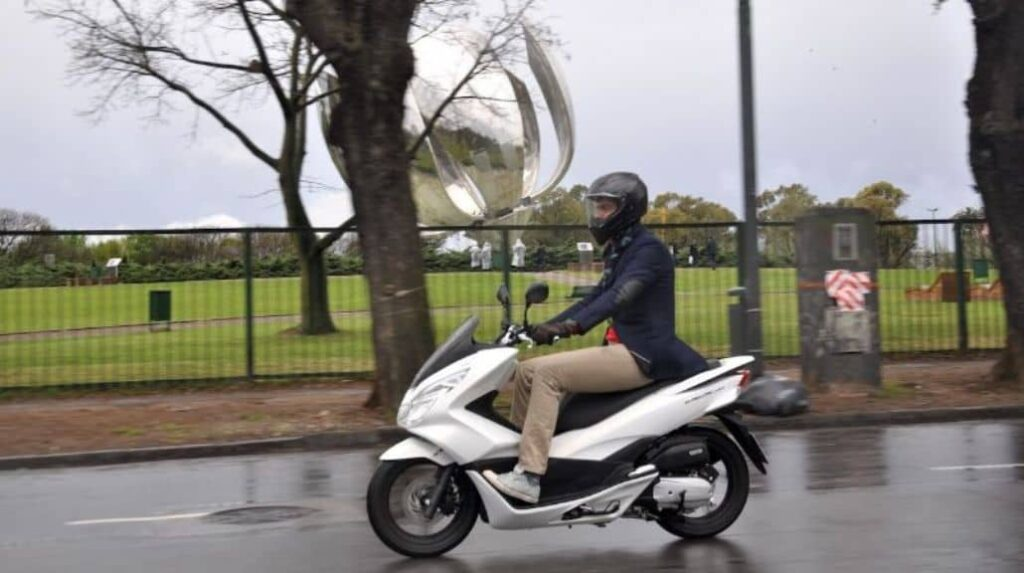 moto scooter blanco