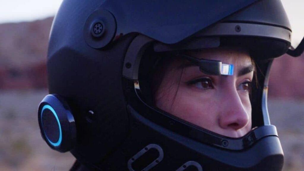 mujer usando casco inteligente