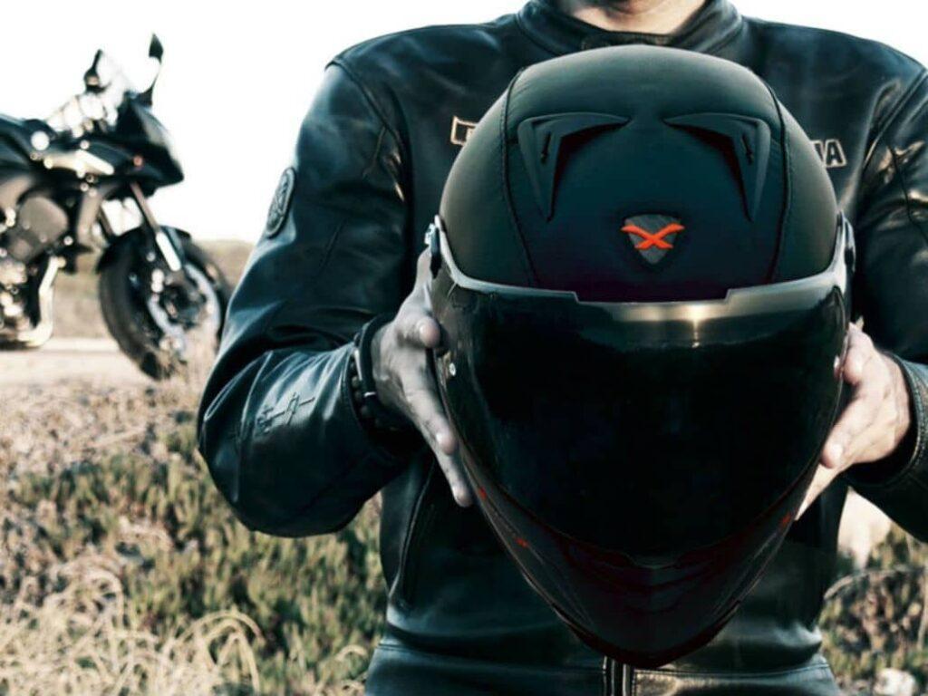 motociclista sosteniendo casco