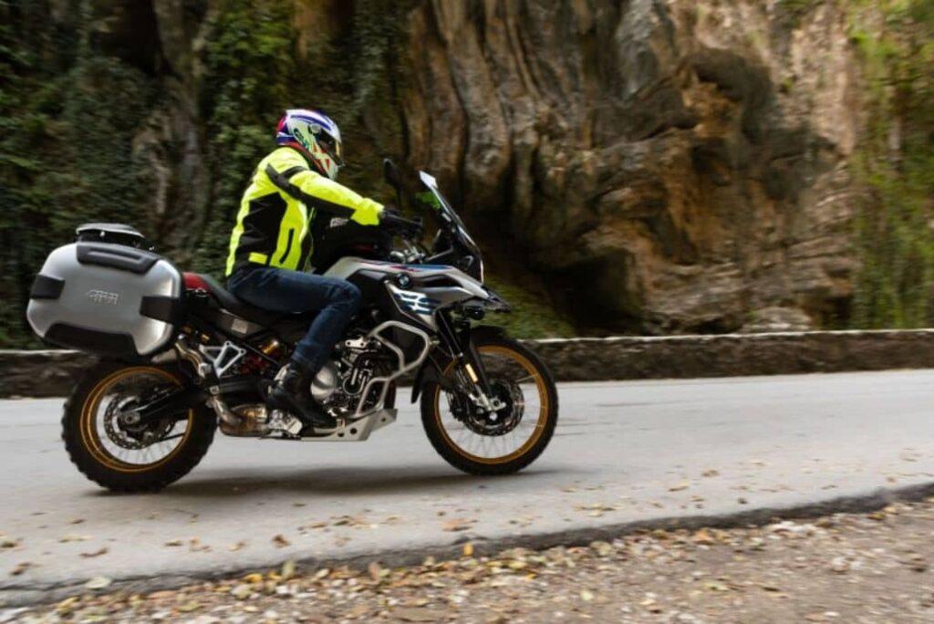 motociclista paseando