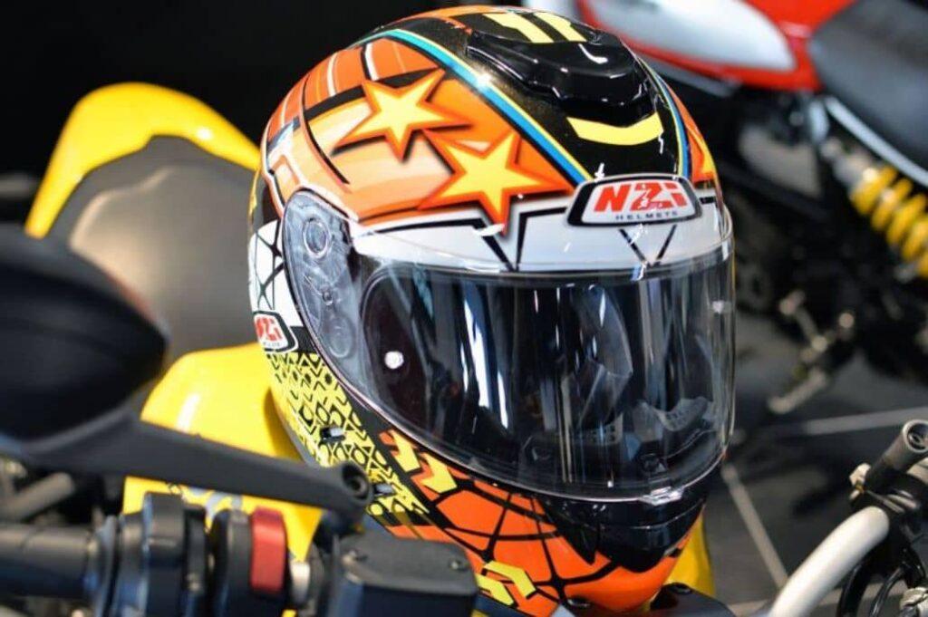 casco naranja carreras