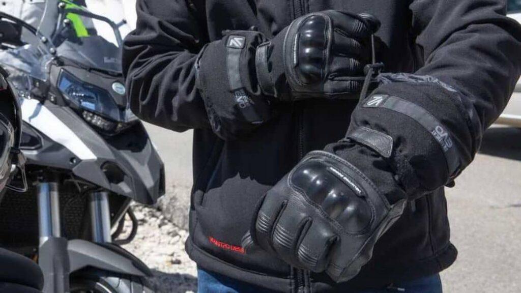 motociclista usando guantes