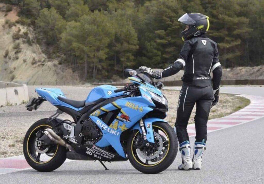 motociclista femenino