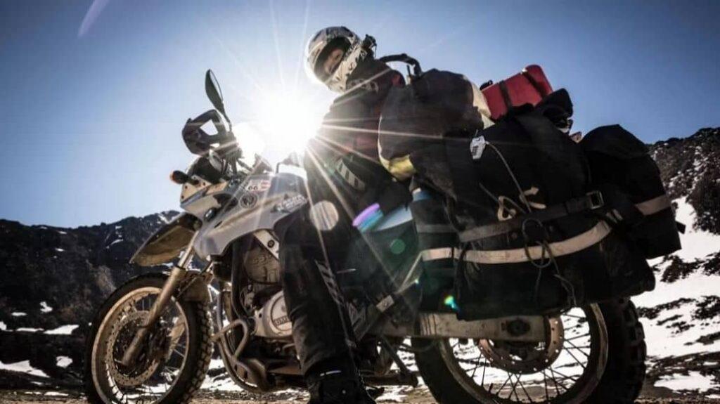 moto llevando maletas