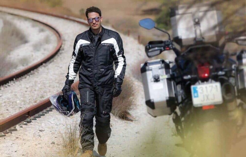 motociclista caminando
