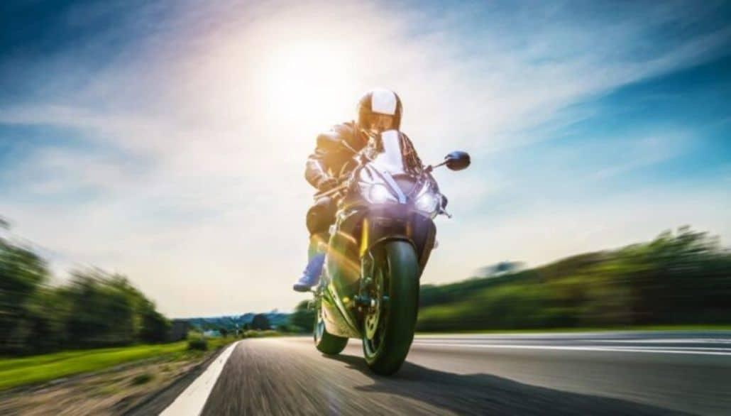 moto corriendo carretera