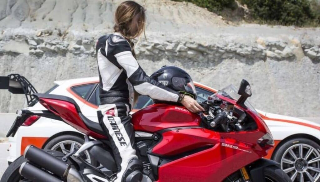 mujer manejado moto