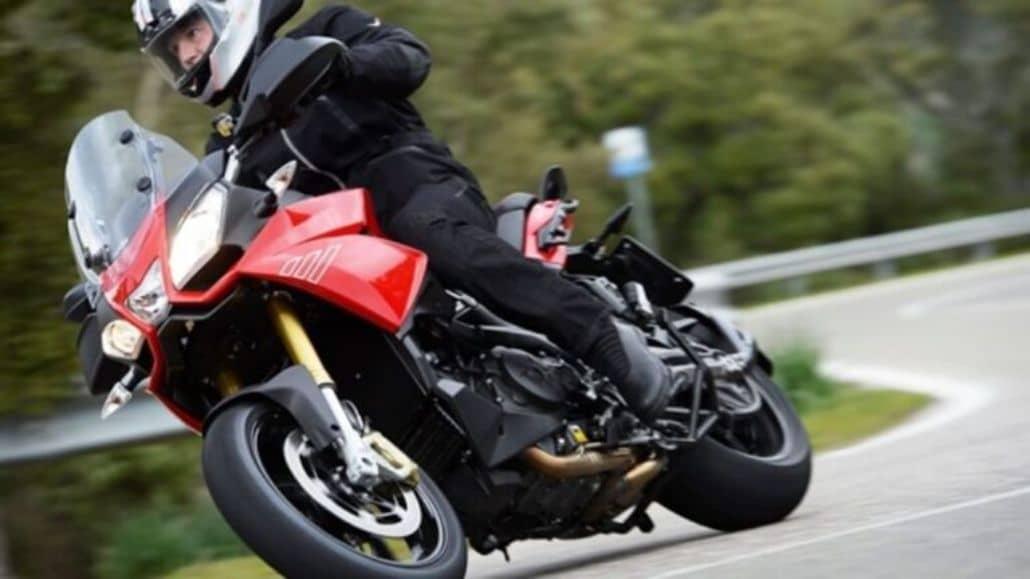 moto tomando curva