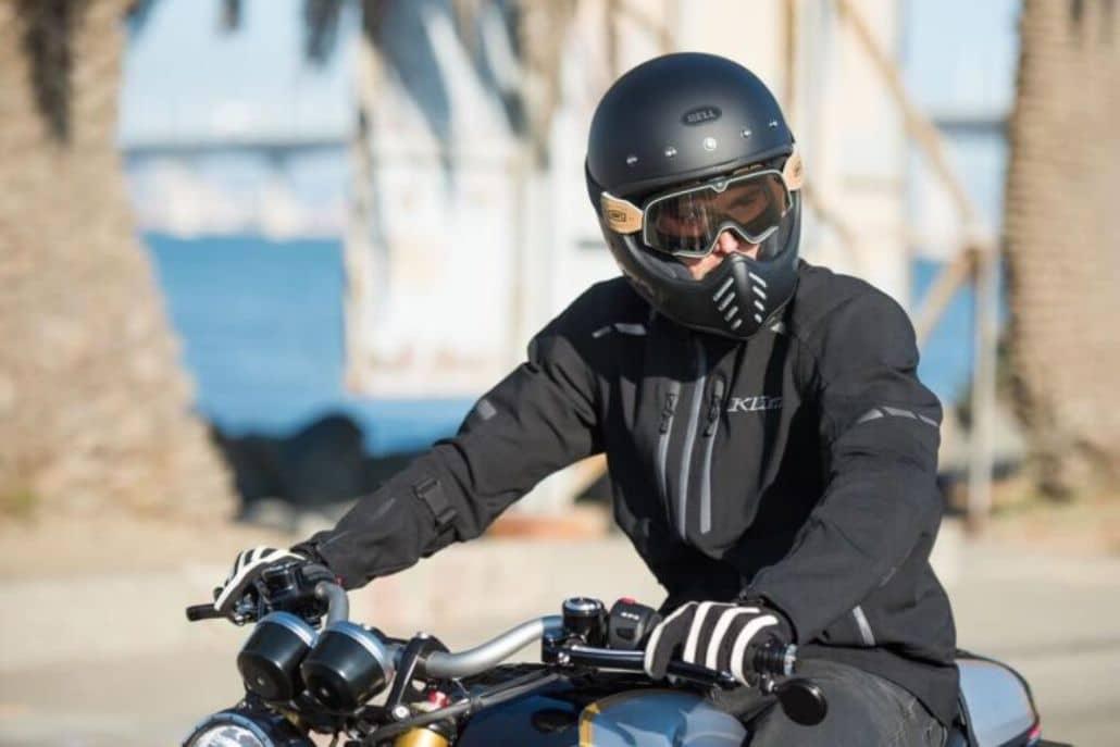 hombre manejando moto