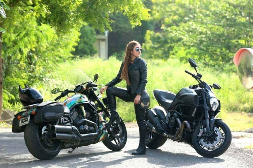 mujer dos motos