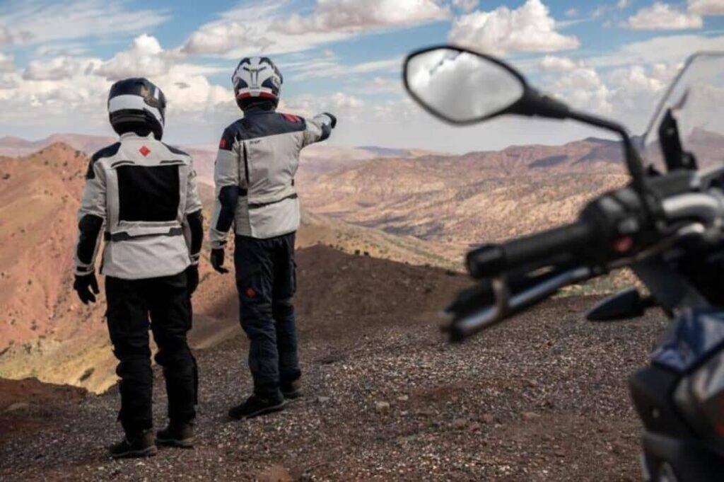 motociclistas admirando paisaje