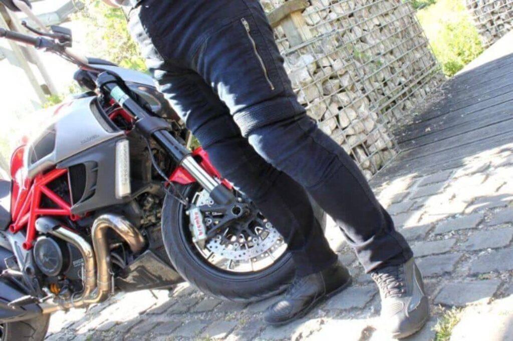 motorista posando pantalon