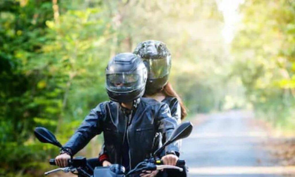 pareja motociclista