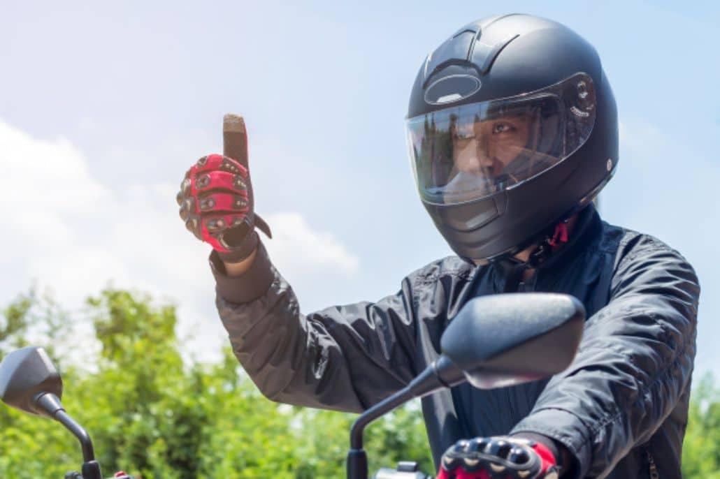motociclista saludando